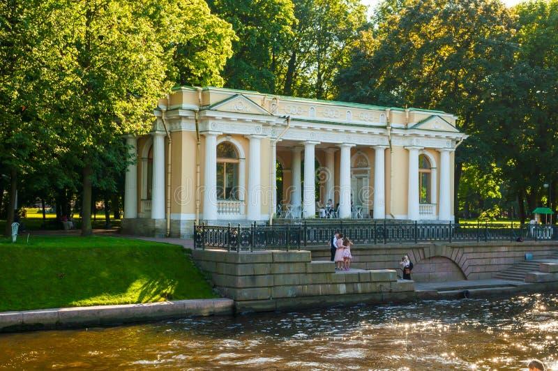 Rossi-Pavillon in Michael Garden und der Moika-Fluss in St Petersburg, Russland stockbild