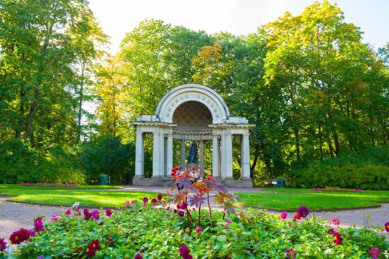 Rossi-Pavillon mit Monument zur Kaiserin Maria Fedorovna in Pavlovsk-Park, St- Petersburgregion, Russland lizenzfreie stockfotos