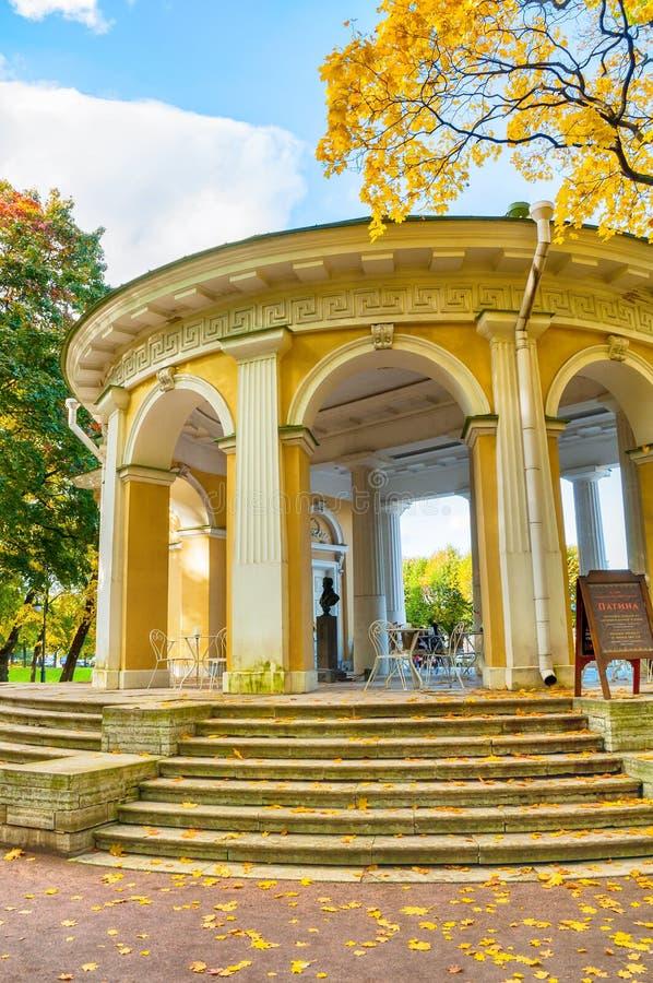 Rossipaviljoen in de Mikhailovsky-Tuin in St. Petersburg, Rusland stock afbeelding