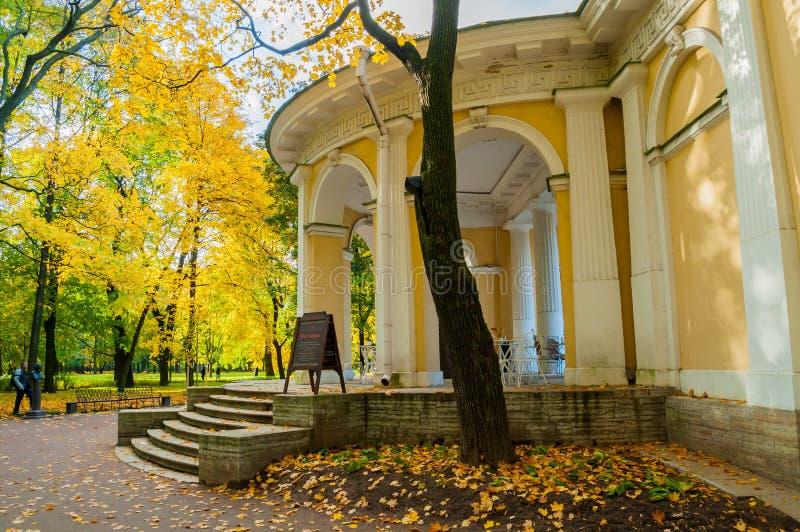 Rossipaviljoen in de Mikhailovsky-Tuin in St. Petersburg, Rusland, de herfstmening royalty-vrije stock foto