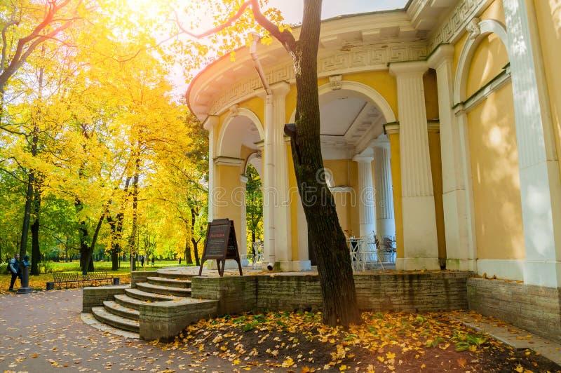 Rossipaviljoen in Michael Garden in St. Petersburg, Rusland, de herfstmening stock afbeeldingen