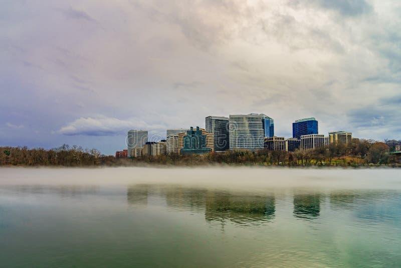 Rosslyn, Arlington, Virginia, usa miasto linia horyzontu na Potomac rzece, zimy mgła na wodzie zdjęcie stock