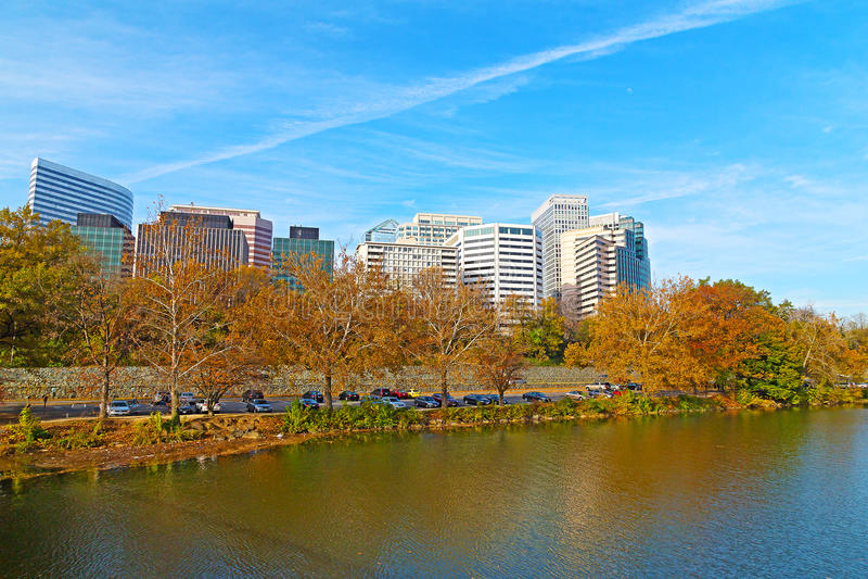Rosslyn sceniczna linia horyzontu i Potomac brzeg rzeki w jesieni obraz stock