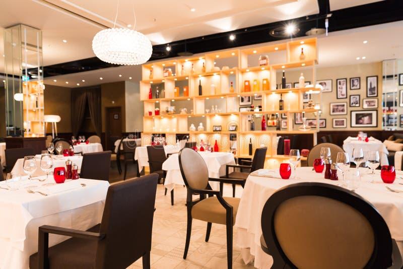 Rosso, bianco e decorazione interna del ristorante di Brown con luminoso immagini stock