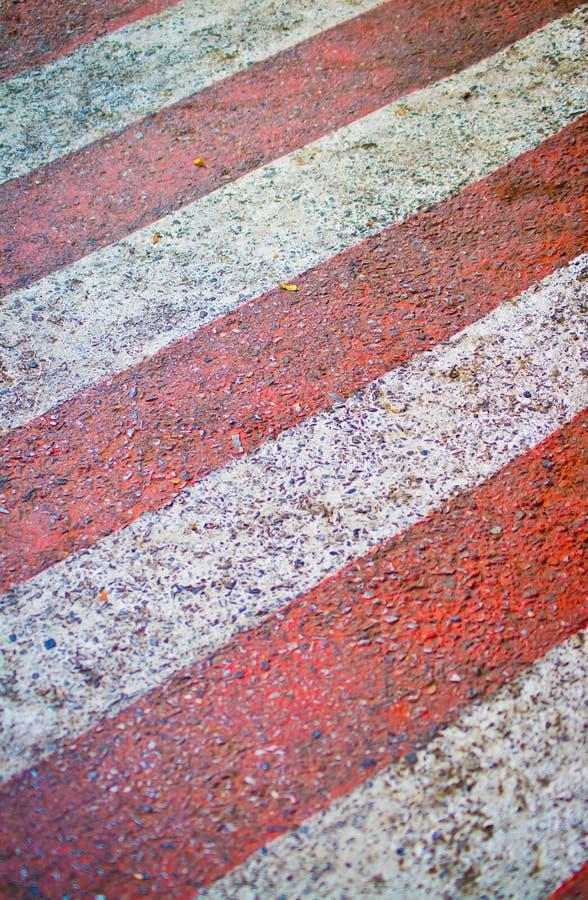 Rosso con le linee bianche sulla strada fotografia stock