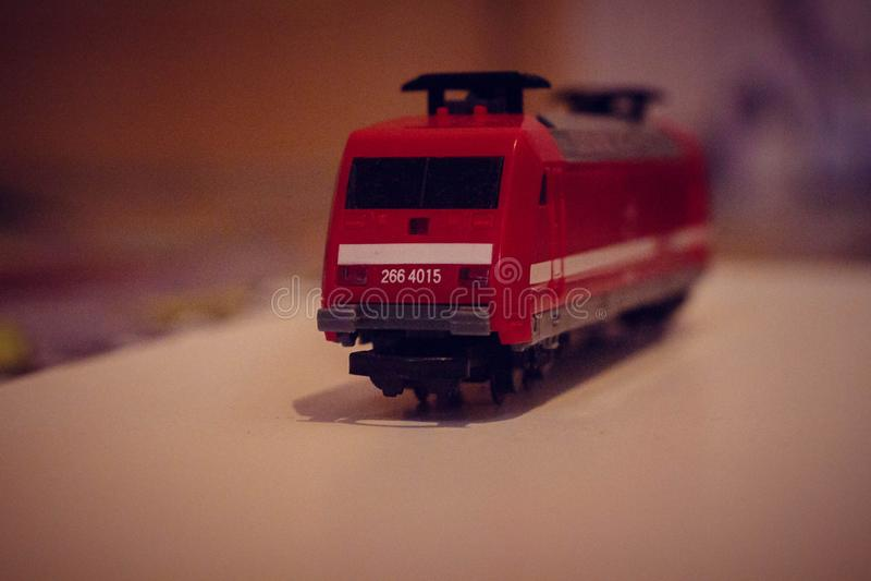 Rosso del giocattolo dei bambini del treno, automobili sul pavimento immagini stock libere da diritti