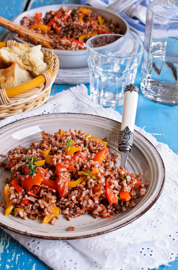Rosso del riso con paprica e timo fotografie stock