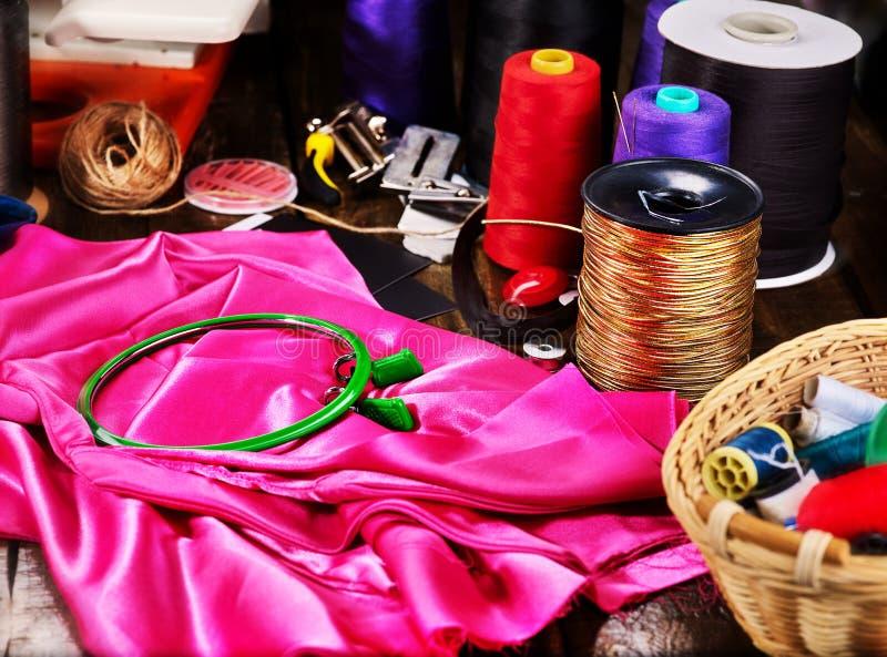 Rosso dell'oggetto del gruppo della cucitrice e cerchio di cucito della bobina e di ricamo dell'oro fotografie stock