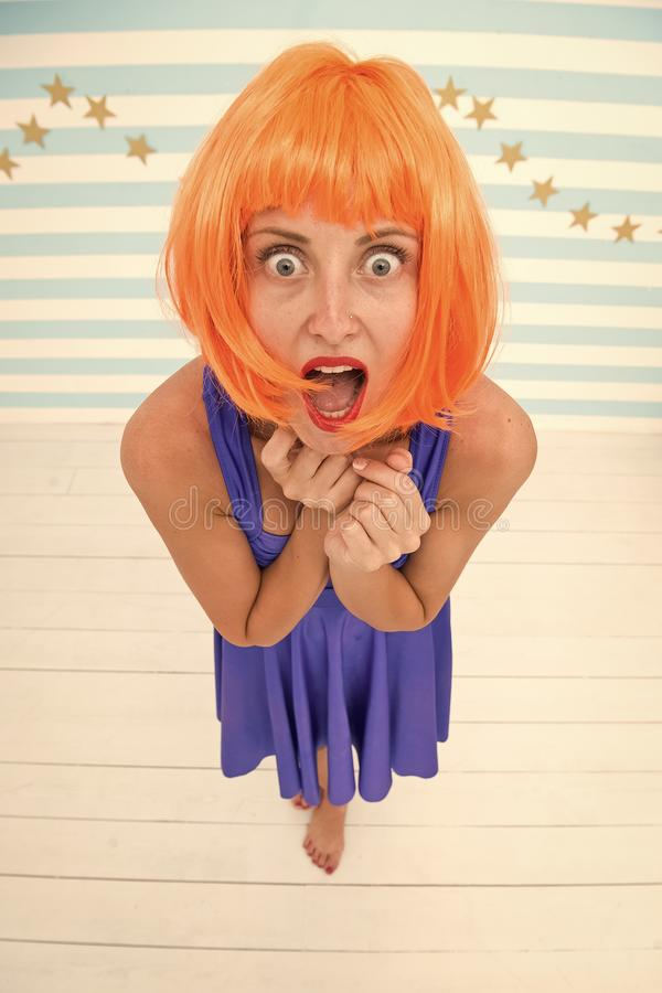 Rosso di signora o parrucca dello zenzero che posa in vestito blu Concetto dell'attrice comica Divertiresi allegro di umore della immagine stock
