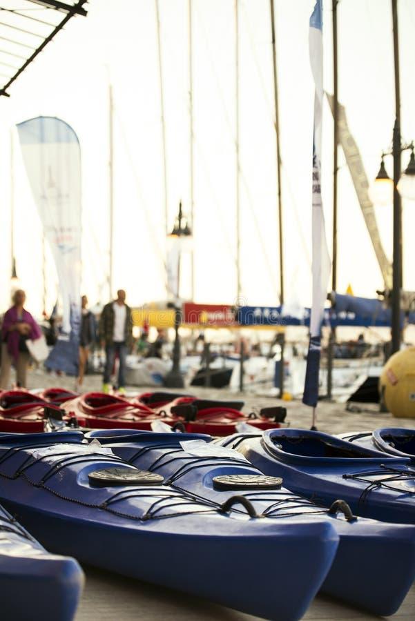 Rosso e canoe colorate blu parcheggiati fotografia stock libera da diritti