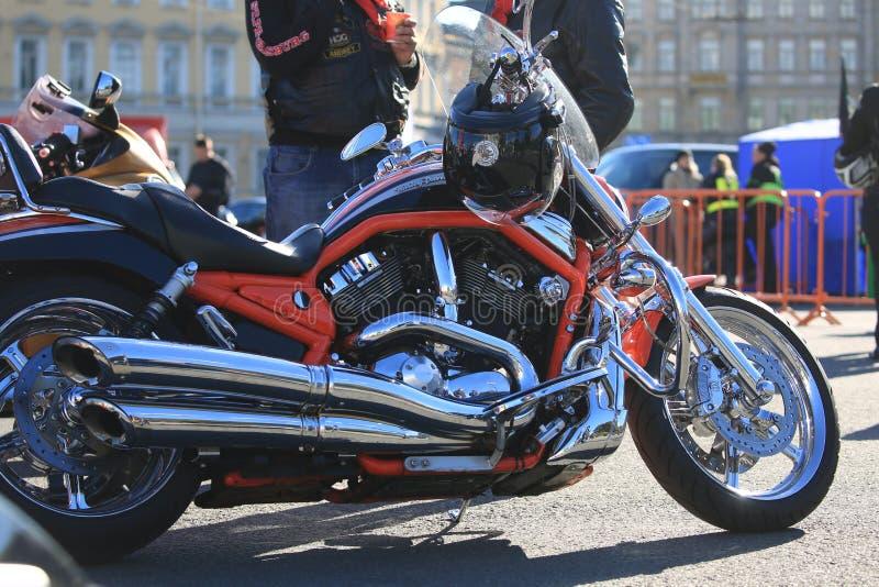 Rosso e motocicletta della V-barretta di Harley-Davidson del cromo, giusta vista immagine stock libera da diritti