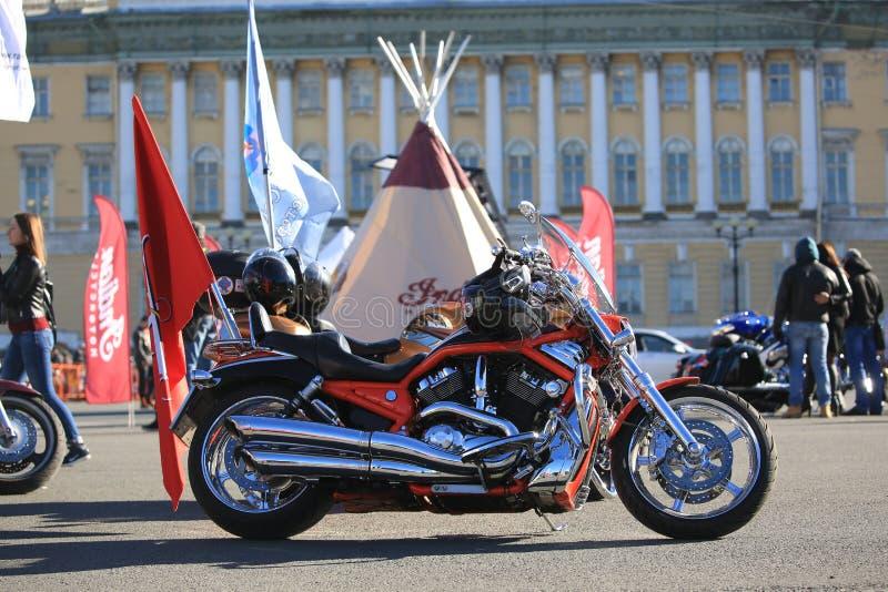 Rosso e motocicletta della V-barretta di Harley-Davidson del cromo sul quadrato del palazzo un giorno soleggiato fotografia stock