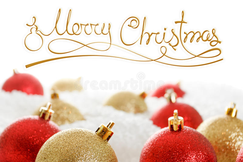 Rosso e palle nei cumuli di neve, onwhite isolato di Natale dell'oro fotografia stock