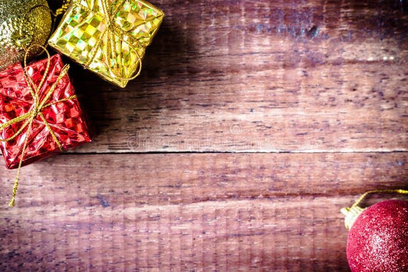 Rosso ed oro delle bagattelle di Natale sulla tavola fotografia stock