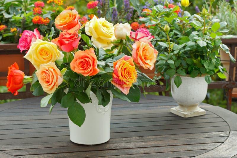 Rosso giallo arancione del mazzo di Rosa immagine stock