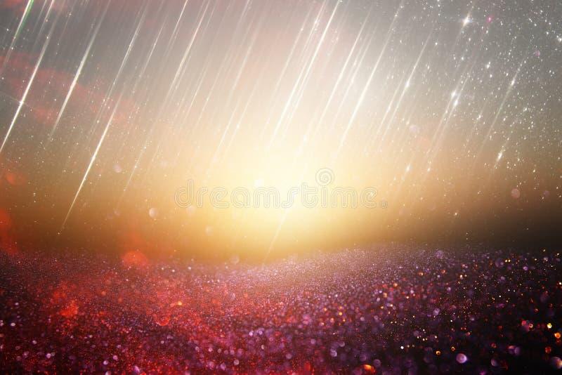Rosso, il nero e fondo delle luci di scintillio dell'oro defocused fotografia stock