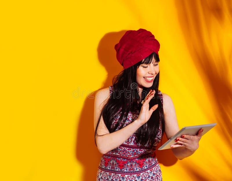 Rosso indiano del turbante della luce del sole dell'ombra del fondo giallo dello studio del ritratto della donna fotografia stock libera da diritti
