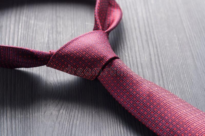 Rosso legato un legame su una tavola scura fotografie stock libere da diritti