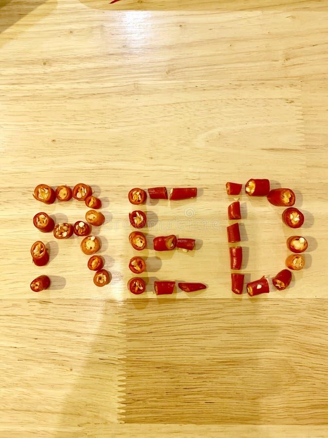 Rosso, peperoncini rossi, tavola di legno immagine stock libera da diritti