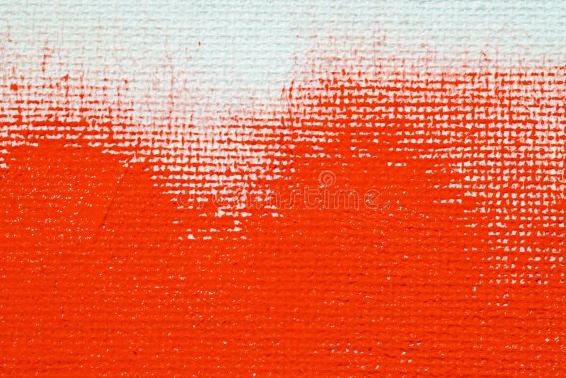 Rosso su un fondo bianco della tela La superficie dell'ascesso è spazzola rossa luminosa sull'immagine astratta immagini stock
