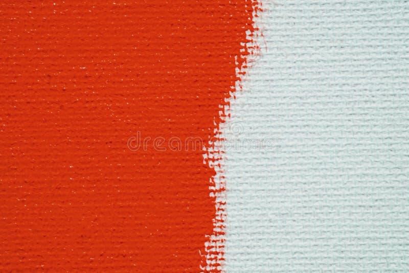 Rosso su un fondo bianco della tela La superficie dell'ascesso ? spazzola rossa luminosa sull'immagine astratta immagini stock