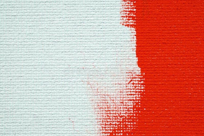 Rosso su un fondo bianco della tela La superficie dell'ascesso ? spazzola rossa luminosa sull'immagine astratta immagine stock libera da diritti