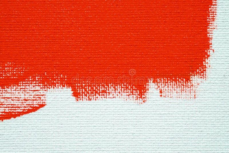 Rosso su un fondo bianco della tela La superficie dell'ascesso ? spazzola rossa luminosa sull'immagine astratta immagine stock