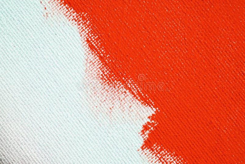 Rosso su un fondo bianco della tela La superficie dell'ascesso ? spazzola rossa luminosa sull'immagine astratta fotografia stock