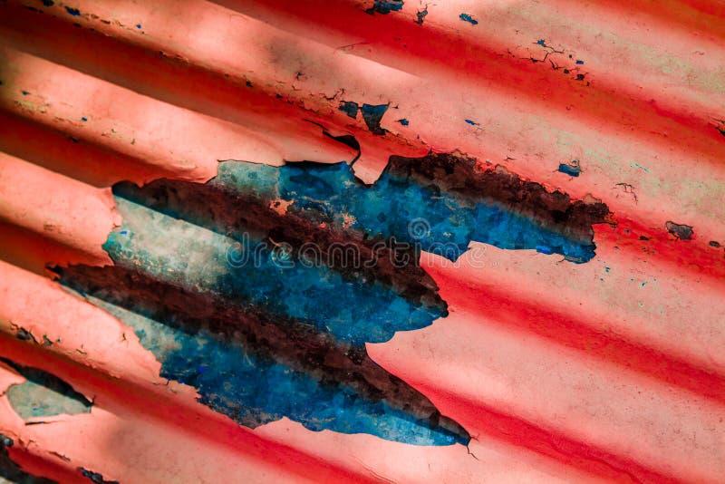 Rosso, vecchia retro struttura sbucciata Grungy blu della parete, fondo fotografia stock libera da diritti