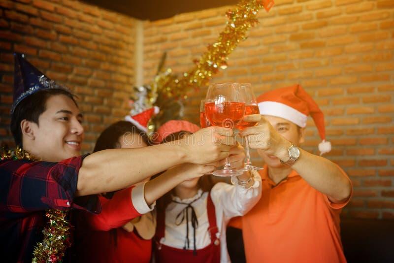 Rosta exponeringsglas av vin för julparti royaltyfria foton