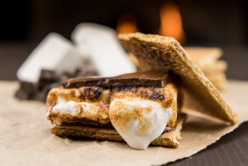 Rostad marshmallow på Smore fotografering för bildbyråer