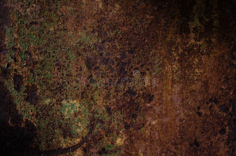 Rostad och oxiderad metalltextur Bakgrund av det gamla ferrumarket Grungevägg med strimmor av att göra full av hål Begrepp av abs arkivfoto