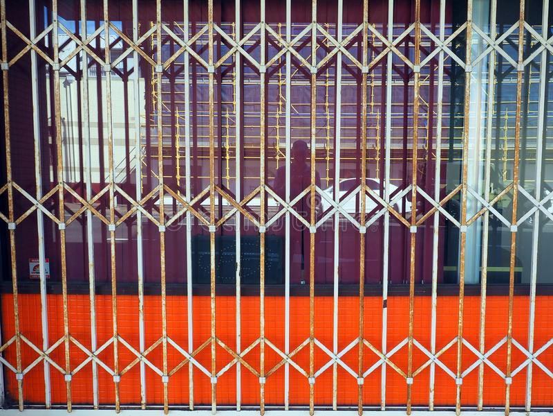 Rostad stålsäkerhetsslutare royaltyfri fotografi