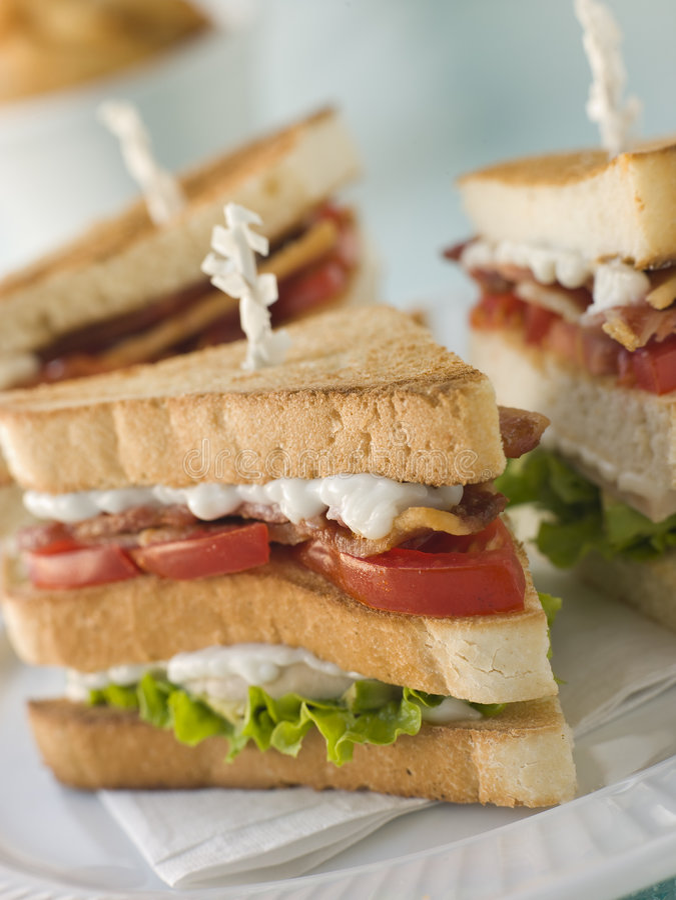rostad triple för klubbadäckaresmåfiskar smörgås royaltyfria foton