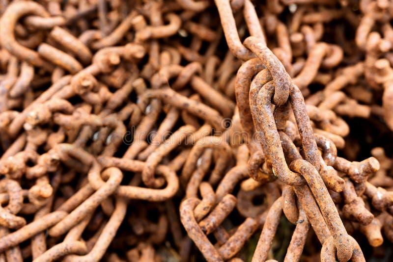Rostade gamla industriella Tow Chains fotografering för bildbyråer