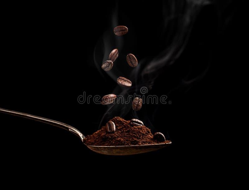 Rostade kaffebönor arkivbild