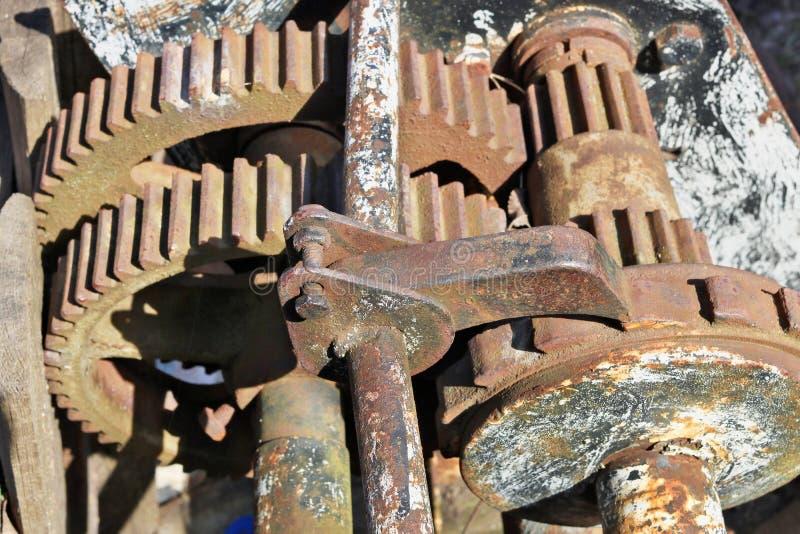 Rostade kugghjul och stycken av järn från tappningmekaniker arkivbilder