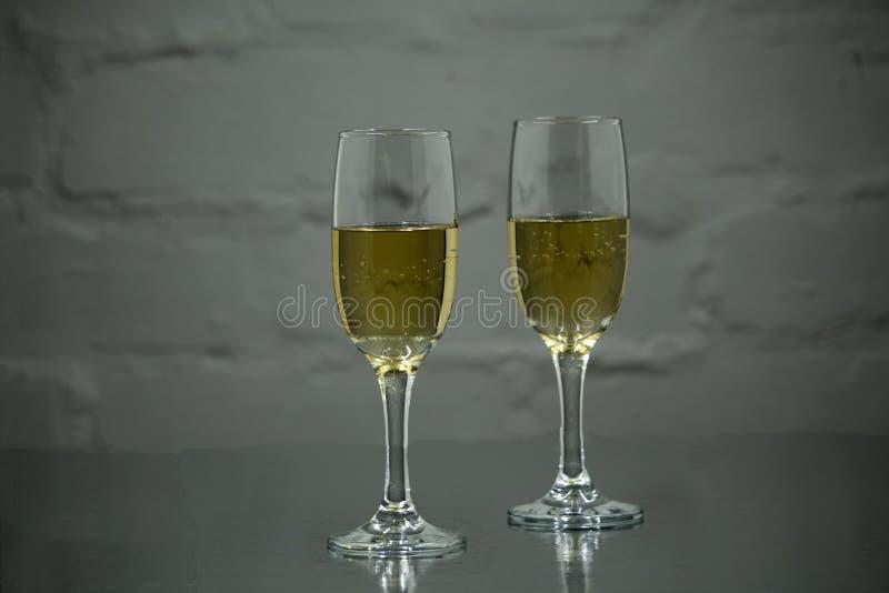 Rostat bröd av champagneexponeringsglas, bakgrund av suddiga ljus royaltyfria foton