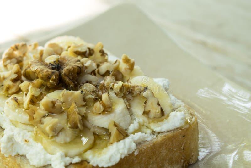 Rostat bröd med bananwallnut och honungtoppning arkivbild