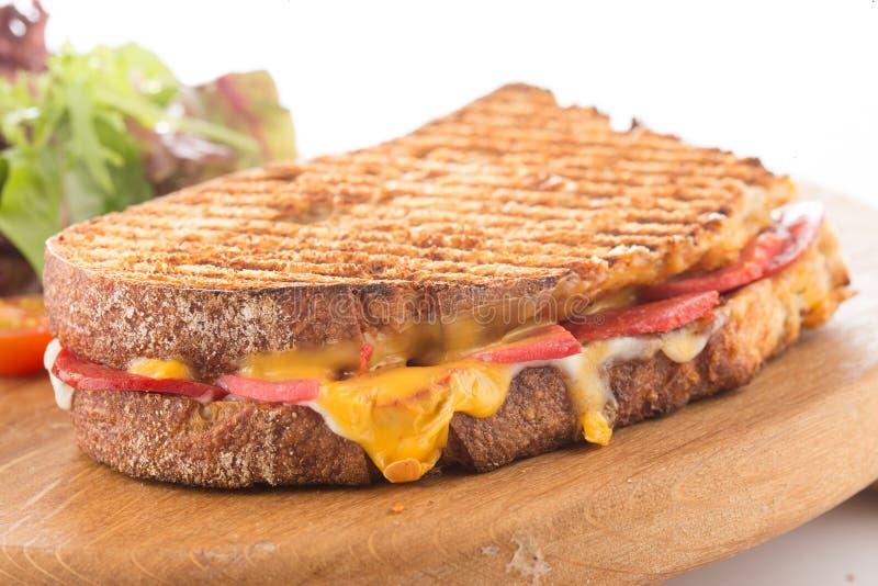 Rostat bröd med ost, korven och ägget royaltyfri fotografi
