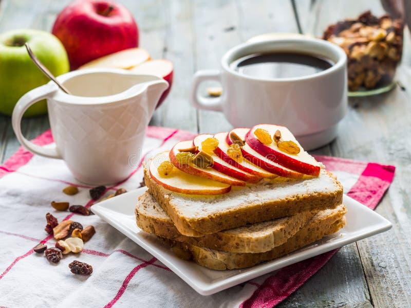 Rostat bröd med ricotta, äpple och torkat - frukt, kaffe, frukost arkivfoton
