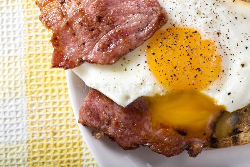 rostat bröd med stekt ägg och bacon fotografering för bildbyråer
