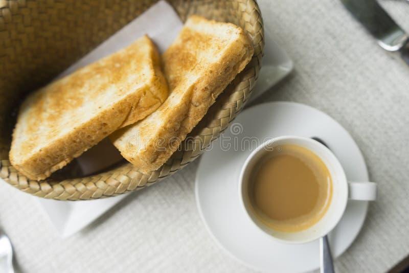 Rostat bröd och kaffe i bästa sikt royaltyfria foton