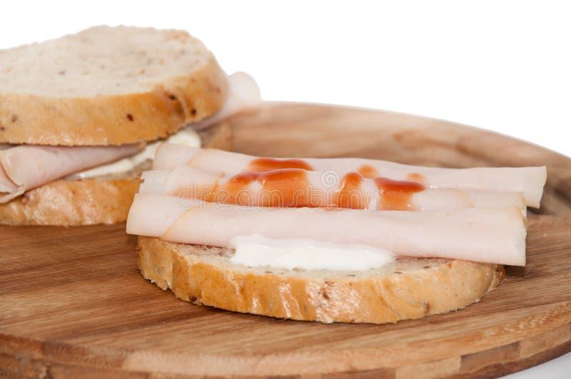 Rostat brödsmörgås med kalkonbröst och ketchup royaltyfria foton