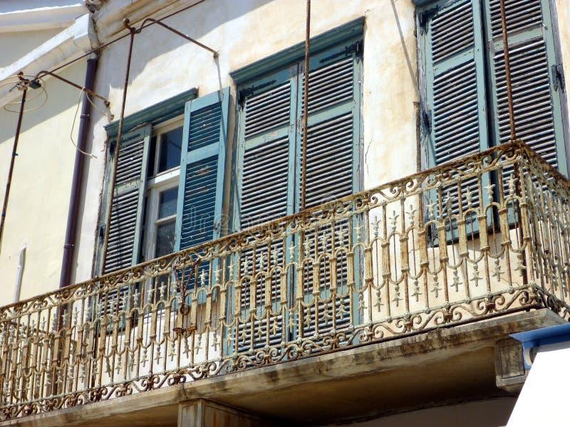 Rostat järn snör åt balkongen, Tinos den grekiska ön, Grekland arkivbilder