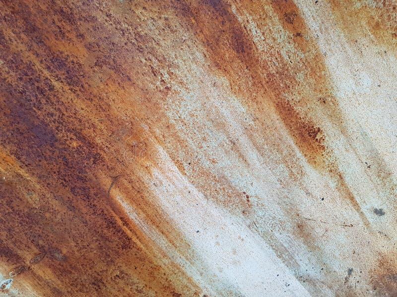 Rostat p? yttersida av det gamla j?rnet, texturerar f?rs?mring av st?let, f?rfall och grunge bakgrund Kulör rostig nedfläckad met fotografering för bildbyråer