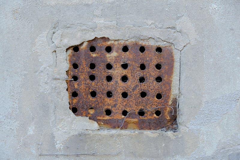 Rostat under galler för golvmetallventilation royaltyfri foto