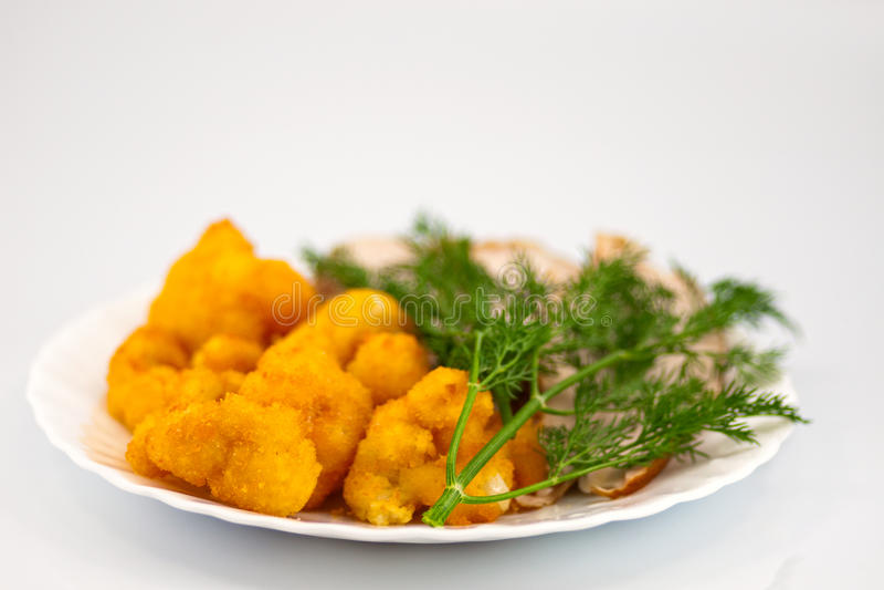 Rosted Blumenkohl mit chiken Fleisch und Dill stockbild