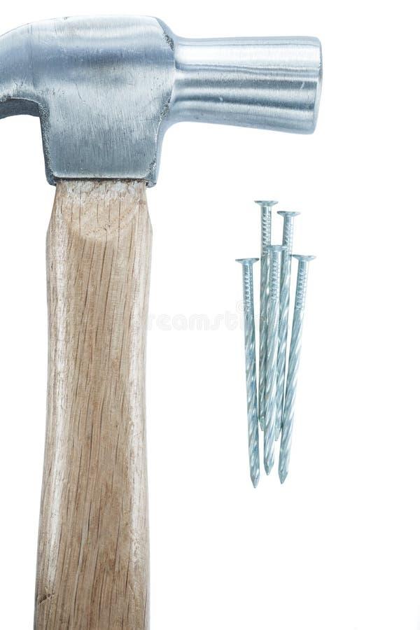 Rostfreie Nägel des Tischlerhammers lokalisiert auf Weiß stockfotografie