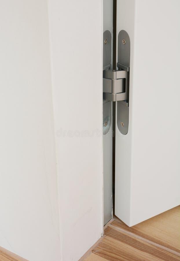 Rostfreie Türabhängung von der weißen Pendeltür für Innenarchitektur Modernes Türscharnier lizenzfreie stockfotografie